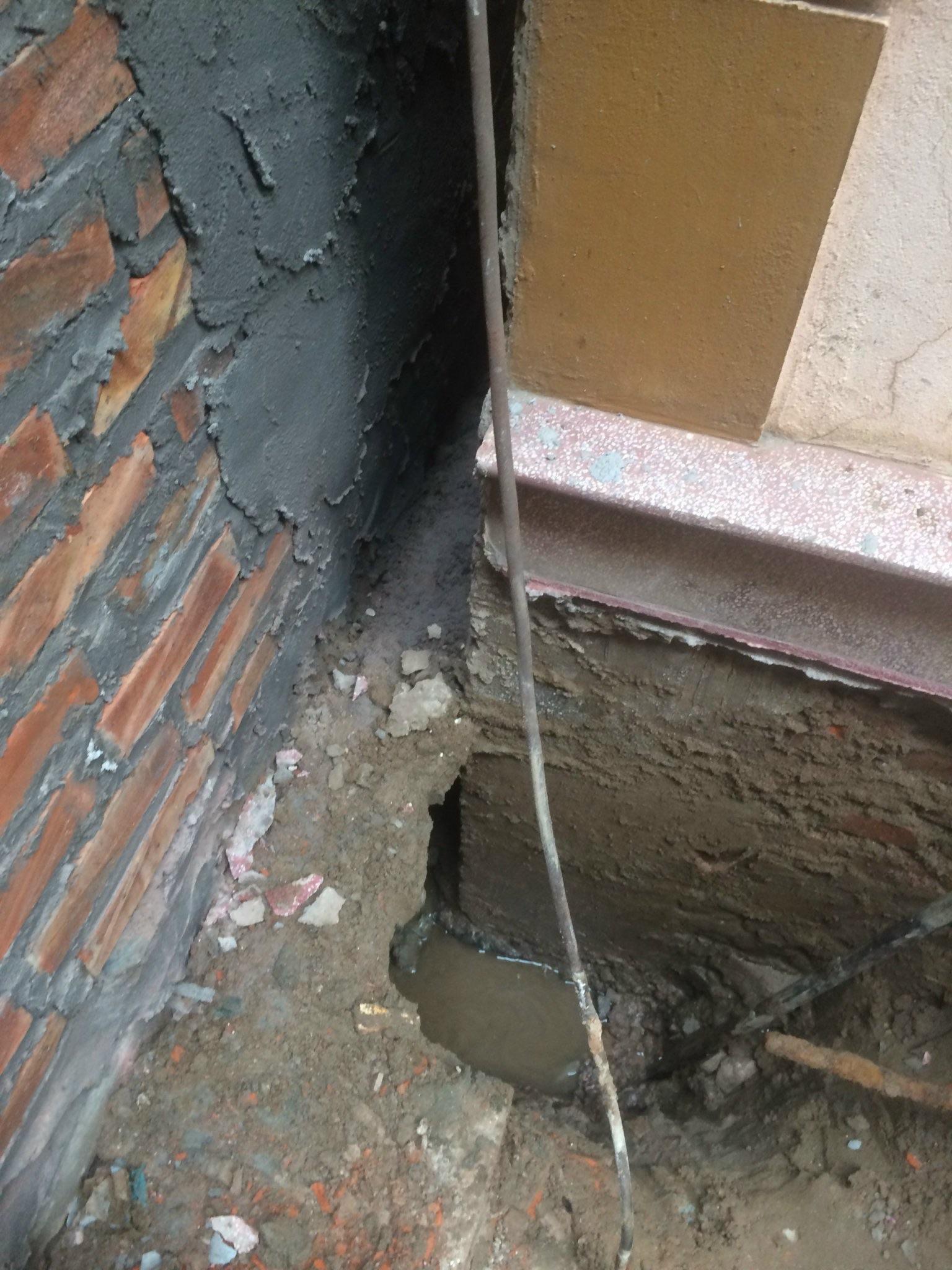 Công trình xây dựng nhà ở đè lên móng nhà liền kề gây tranh chấp đất đai (?)