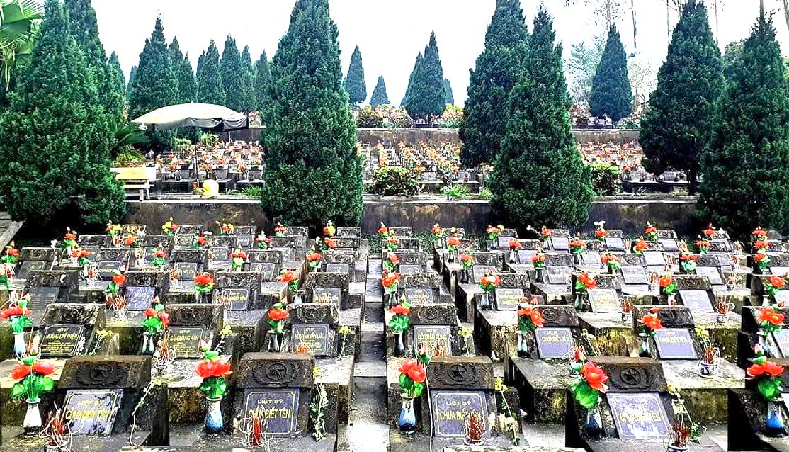 Tri ân anh hùng liệt sĩ tại nghĩa trang Vị Xuyên