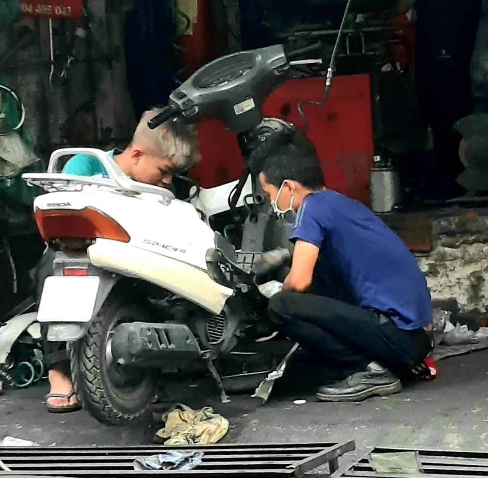 Thực hiện đo kiểm khí thải xe mô tô, xe gắn máy cũ đang lưu hành trên địa bàn để từng bước cải thiện chất lượng không khí Thành phố Hà Nội